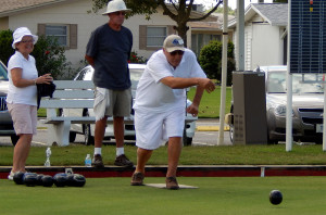 Residents lawn bowling SCC CA facility in Sun City Center